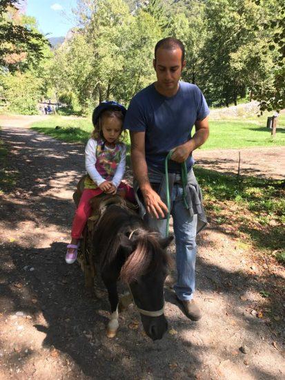 bambina sul pony agriturismo ferdy