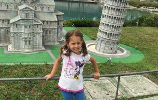 bambini minitalia con torre Pisa leolandia