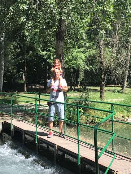 papà e bambina al parco ittico paradiso
